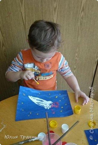 С детьми младшей группы (3-4 года) к Дню космонавтики мы рисовали ракеты в космосе.  фото 7