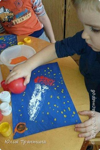 С детьми младшей группы (3-4 года) к Дню космонавтики мы рисовали ракеты в космосе.  фото 8