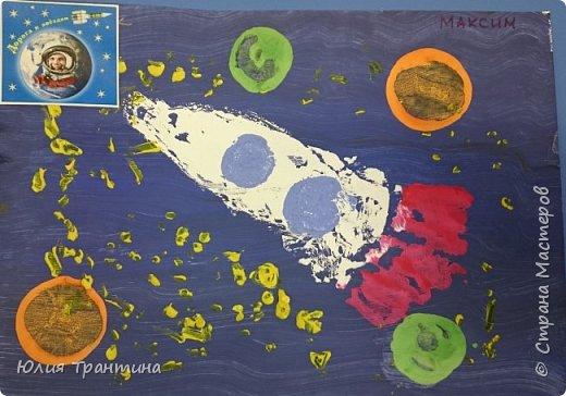 С детьми младшей группы (3-4 года) к Дню космонавтики мы рисовали ракеты в космосе.  фото 1