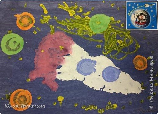 С детьми младшей группы (3-4 года) к Дню космонавтики мы рисовали ракеты в космосе.  фото 13