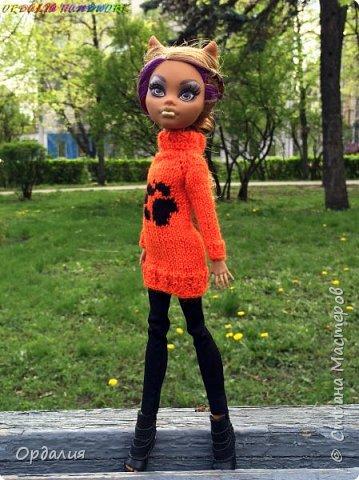 Самая благодарная из моделей -а их у меня 26 штук) Как ни поверни - фото удаётся. Сегодня у нас на фотосессии яркий оранжевый свитер с рисунком. фото 2