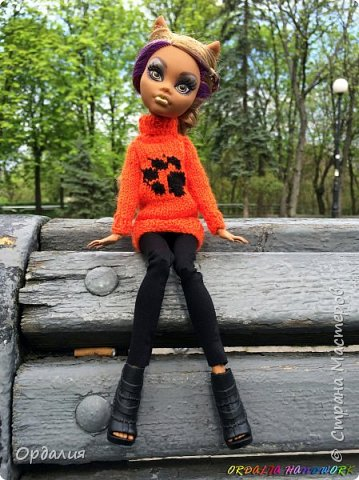 Самая благодарная из моделей -а их у меня 26 штук) Как ни поверни - фото удаётся. Сегодня у нас на фотосессии яркий оранжевый свитер с рисунком. фото 4