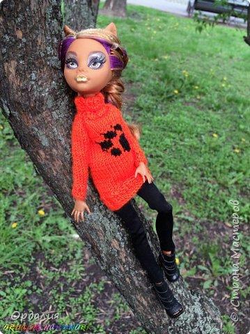 Самая благодарная из моделей -а их у меня 26 штук) Как ни поверни - фото удаётся. Сегодня у нас на фотосессии яркий оранжевый свитер с рисунком. фото 7
