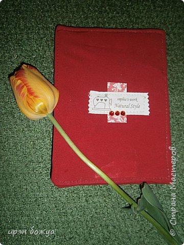 Я с очередной открыткой из ткани. Открытка сделана на день рождение. Как всегда в ночь перед событием. При изготовлении использовала картон, трикотажную футболку красного цвета, розочки из лент, скрапбумагу, клей,стразы. фото 8
