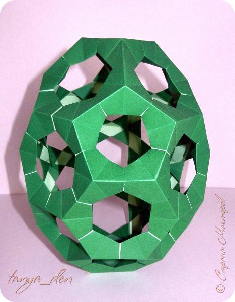 """Всем привет!  Хочу поделится идеей к наступающему празднику Пасхи. В том году к празднику в детский сад нужно было сделать поделки. В долгих поисках и раздумьях были сделаны не обычные """"крашенки"""". Идея основы-яйца взята вот отсюда http://www.instructables.com/id/Origami-Egg/ Цветы Томоко Фусе, бумага офисная, размер треугольника 7 см делала по мастер классу http://stranamasterov.ru/node/370793?c=favorite, очень удобно. 96 модулей на основу плюс 8 для подставки. Цветы тоже из офисной бумаги, размер 5 см * 5 см и 3,5 см * 3,5 см, количество 16 цветов по 6 лепестков, 8 цветов по 5 лепестков и 1 цветок 4 лепестка всего 140 лепестков для больших цветов и 140 для маленьких, всего 384 модуля. На втором яйце цветы подсолнуха, цветы сделаны из шестиугольников, размер бумаги для шестиугольника 16 см * 16 см и 15 см * 15 см. Из  книге С. Соколовой «Бумажные цветы, букеты, кусудамы». Всего 25 цветов подсолнуха. К сожалению более подробных фото """"крашенки"""" с подсолнухами нет. фото 7"""