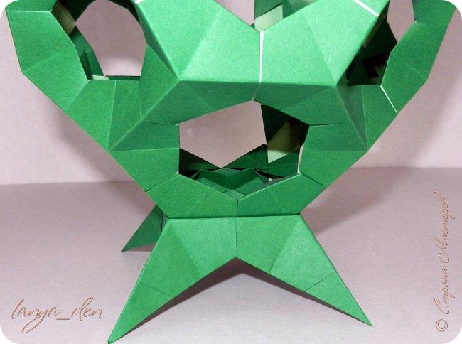 """Всем привет!  Хочу поделится идеей к наступающему празднику Пасхи. В том году к празднику в детский сад нужно было сделать поделки. В долгих поисках и раздумьях были сделаны не обычные """"крашенки"""". Идея основы-яйца взята вот отсюда http://www.instructables.com/id/Origami-Egg/ Цветы Томоко Фусе, бумага офисная, размер треугольника 7 см делала по мастер классу http://stranamasterov.ru/node/370793?c=favorite, очень удобно. 96 модулей на основу плюс 8 для подставки. Цветы тоже из офисной бумаги, размер 5 см * 5 см и 3,5 см * 3,5 см, количество 16 цветов по 6 лепестков, 8 цветов по 5 лепестков и 1 цветок 4 лепестка всего 140 лепестков для больших цветов и 140 для маленьких, всего 384 модуля. На втором яйце цветы подсолнуха, цветы сделаны из шестиугольников, размер бумаги для шестиугольника 16 см * 16 см и 15 см * 15 см. Из  книге С. Соколовой «Бумажные цветы, букеты, кусудамы». Всего 25 цветов подсолнуха. К сожалению более подробных фото """"крашенки"""" с подсолнухами нет. фото 10"""