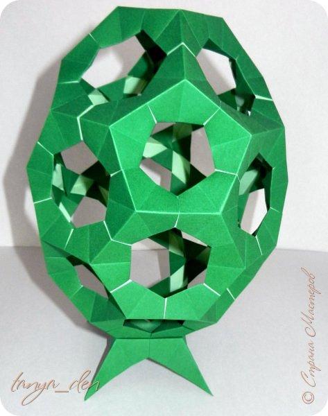 """Всем привет!  Хочу поделится идеей к наступающему празднику Пасхи. В том году к празднику в детский сад нужно было сделать поделки. В долгих поисках и раздумьях были сделаны не обычные """"крашенки"""". Идея основы-яйца взята вот отсюда http://www.instructables.com/id/Origami-Egg/ Цветы Томоко Фусе, бумага офисная, размер треугольника 7 см делала по мастер классу http://stranamasterov.ru/node/370793?c=favorite, очень удобно. 96 модулей на основу плюс 8 для подставки. Цветы тоже из офисной бумаги, размер 5 см * 5 см и 3,5 см * 3,5 см, количество 16 цветов по 6 лепестков, 8 цветов по 5 лепестков и 1 цветок 4 лепестка всего 140 лепестков для больших цветов и 140 для маленьких, всего 384 модуля. На втором яйце цветы подсолнуха, цветы сделаны из шестиугольников, размер бумаги для шестиугольника 16 см * 16 см и 15 см * 15 см. Из  книге С. Соколовой «Бумажные цветы, букеты, кусудамы». Всего 25 цветов подсолнуха. К сожалению более подробных фото """"крашенки"""" с подсолнухами нет. фото 8"""