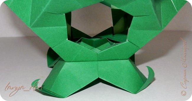 """Всем привет!  Хочу поделится идеей к наступающему празднику Пасхи. В том году к празднику в детский сад нужно было сделать поделки. В долгих поисках и раздумьях были сделаны не обычные """"крашенки"""". Идея основы-яйца взята вот отсюда http://www.instructables.com/id/Origami-Egg/ Цветы Томоко Фусе, бумага офисная, размер треугольника 7 см делала по мастер классу http://stranamasterov.ru/node/370793?c=favorite, очень удобно. 96 модулей на основу плюс 8 для подставки. Цветы тоже из офисной бумаги, размер 5 см * 5 см и 3,5 см * 3,5 см, количество 16 цветов по 6 лепестков, 8 цветов по 5 лепестков и 1 цветок 4 лепестка всего 140 лепестков для больших цветов и 140 для маленьких, всего 384 модуля. На втором яйце цветы подсолнуха, цветы сделаны из шестиугольников, размер бумаги для шестиугольника 16 см * 16 см и 15 см * 15 см. Из  книге С. Соколовой «Бумажные цветы, букеты, кусудамы». Всего 25 цветов подсолнуха. К сожалению более подробных фото """"крашенки"""" с подсолнухами нет. фото 11"""