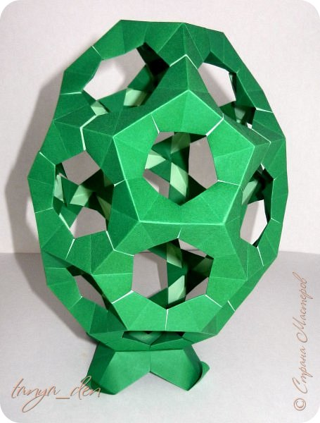 """Всем привет!  Хочу поделится идеей к наступающему празднику Пасхи. В том году к празднику в детский сад нужно было сделать поделки. В долгих поисках и раздумьях были сделаны не обычные """"крашенки"""". Идея основы-яйца взята вот отсюда http://www.instructables.com/id/Origami-Egg/ Цветы Томоко Фусе, бумага офисная, размер треугольника 7 см делала по мастер классу http://stranamasterov.ru/node/370793?c=favorite, очень удобно. 96 модулей на основу плюс 8 для подставки. Цветы тоже из офисной бумаги, размер 5 см * 5 см и 3,5 см * 3,5 см, количество 16 цветов по 6 лепестков, 8 цветов по 5 лепестков и 1 цветок 4 лепестка всего 140 лепестков для больших цветов и 140 для маленьких, всего 384 модуля. На втором яйце цветы подсолнуха, цветы сделаны из шестиугольников, размер бумаги для шестиугольника 16 см * 16 см и 15 см * 15 см. Из  книге С. Соколовой «Бумажные цветы, букеты, кусудамы». Всего 25 цветов подсолнуха. К сожалению более подробных фото """"крашенки"""" с подсолнухами нет. фото 9"""