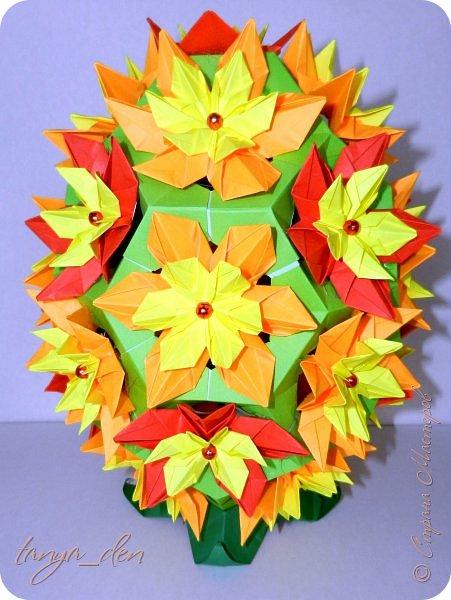 """Всем привет!  Хочу поделится идеей к наступающему празднику Пасхи. В том году к празднику в детский сад нужно было сделать поделки. В долгих поисках и раздумьях были сделаны не обычные """"крашенки"""". Идея основы-яйца взята вот отсюда http://www.instructables.com/id/Origami-Egg/ Цветы Томоко Фусе, бумага офисная, размер треугольника 7 см делала по мастер классу http://stranamasterov.ru/node/370793?c=favorite, очень удобно. 96 модулей на основу плюс 8 для подставки. Цветы тоже из офисной бумаги, размер 5 см * 5 см и 3,5 см * 3,5 см, количество 16 цветов по 6 лепестков, 8 цветов по 5 лепестков и 1 цветок 4 лепестка всего 140 лепестков для больших цветов и 140 для маленьких, всего 384 модуля. На втором яйце цветы подсолнуха, цветы сделаны из шестиугольников, размер бумаги для шестиугольника 16 см * 16 см и 15 см * 15 см. Из  книге С. Соколовой «Бумажные цветы, букеты, кусудамы». Всего 25 цветов подсолнуха. К сожалению более подробных фото """"крашенки"""" с подсолнухами нет. фото 2"""