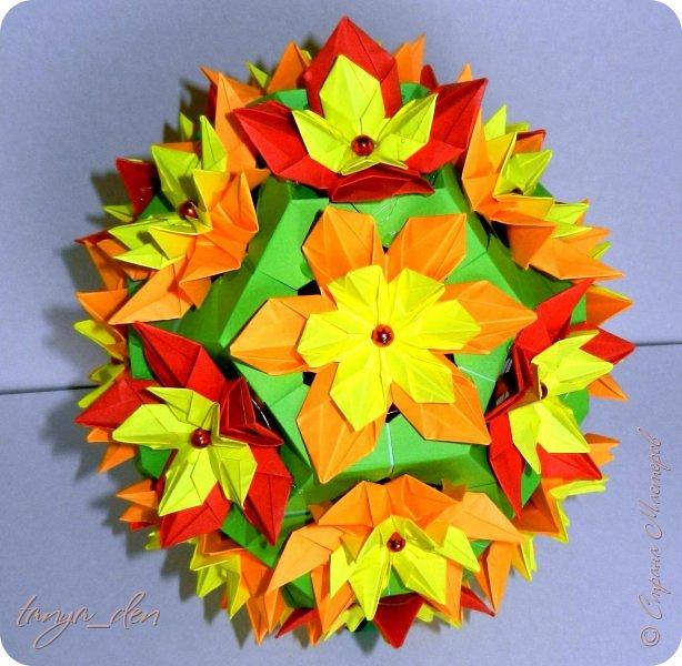 """Всем привет!  Хочу поделится идеей к наступающему празднику Пасхи. В том году к празднику в детский сад нужно было сделать поделки. В долгих поисках и раздумьях были сделаны не обычные """"крашенки"""". Идея основы-яйца взята вот отсюда http://www.instructables.com/id/Origami-Egg/ Цветы Томоко Фусе, бумага офисная, размер треугольника 7 см делала по мастер классу http://stranamasterov.ru/node/370793?c=favorite, очень удобно. 96 модулей на основу плюс 8 для подставки. Цветы тоже из офисной бумаги, размер 5 см * 5 см и 3,5 см * 3,5 см, количество 16 цветов по 6 лепестков, 8 цветов по 5 лепестков и 1 цветок 4 лепестка всего 140 лепестков для больших цветов и 140 для маленьких, всего 384 модуля. На втором яйце цветы подсолнуха, цветы сделаны из шестиугольников, размер бумаги для шестиугольника 16 см * 16 см и 15 см * 15 см. Из  книге С. Соколовой «Бумажные цветы, букеты, кусудамы». Всего 25 цветов подсолнуха. К сожалению более подробных фото """"крашенки"""" с подсолнухами нет. фото 3"""