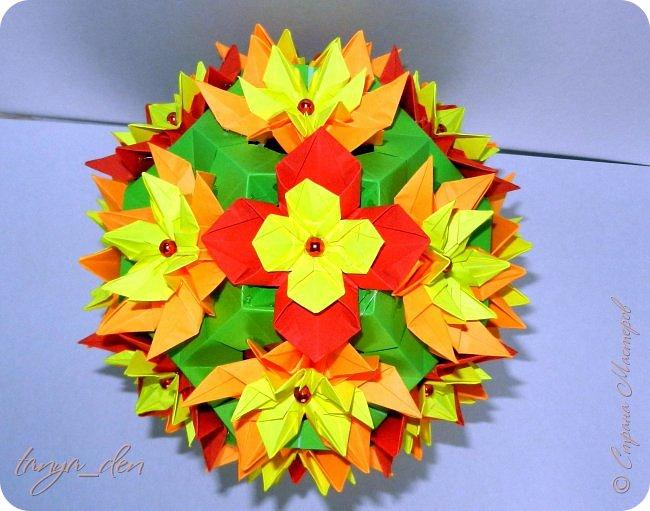 """Всем привет!  Хочу поделится идеей к наступающему празднику Пасхи. В том году к празднику в детский сад нужно было сделать поделки. В долгих поисках и раздумьях были сделаны не обычные """"крашенки"""". Идея основы-яйца взята вот отсюда http://www.instructables.com/id/Origami-Egg/ Цветы Томоко Фусе, бумага офисная, размер треугольника 7 см делала по мастер классу http://stranamasterov.ru/node/370793?c=favorite, очень удобно. 96 модулей на основу плюс 8 для подставки. Цветы тоже из офисной бумаги, размер 5 см * 5 см и 3,5 см * 3,5 см, количество 16 цветов по 6 лепестков, 8 цветов по 5 лепестков и 1 цветок 4 лепестка всего 140 лепестков для больших цветов и 140 для маленьких, всего 384 модуля. На втором яйце цветы подсолнуха, цветы сделаны из шестиугольников, размер бумаги для шестиугольника 16 см * 16 см и 15 см * 15 см. Из  книге С. Соколовой «Бумажные цветы, букеты, кусудамы». Всего 25 цветов подсолнуха. К сожалению более подробных фото """"крашенки"""" с подсолнухами нет. фото 4"""