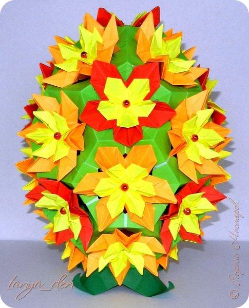 """Всем привет!  Хочу поделится идеей к наступающему празднику Пасхи. В том году к празднику в детский сад нужно было сделать поделки. В долгих поисках и раздумьях были сделаны не обычные """"крашенки"""". Идея основы-яйца взята вот отсюда http://www.instructables.com/id/Origami-Egg/ Цветы Томоко Фусе, бумага офисная, размер треугольника 7 см делала по мастер классу http://stranamasterov.ru/node/370793?c=favorite, очень удобно. 96 модулей на основу плюс 8 для подставки. Цветы тоже из офисной бумаги, размер 5 см * 5 см и 3,5 см * 3,5 см, количество 16 цветов по 6 лепестков, 8 цветов по 5 лепестков и 1 цветок 4 лепестка всего 140 лепестков для больших цветов и 140 для маленьких, всего 384 модуля. На втором яйце цветы подсолнуха, цветы сделаны из шестиугольников, размер бумаги для шестиугольника 16 см * 16 см и 15 см * 15 см. Из  книге С. Соколовой «Бумажные цветы, букеты, кусудамы». Всего 25 цветов подсолнуха. К сожалению более подробных фото """"крашенки"""" с подсолнухами нет. фото 5"""