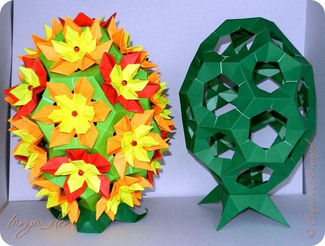 """Всем привет!  Хочу поделится идеей к наступающему празднику Пасхи. В том году к празднику в детский сад нужно было сделать поделки. В долгих поисках и раздумьях были сделаны не обычные """"крашенки"""". Идея основы-яйца взята вот отсюда http://www.instructables.com/id/Origami-Egg/ Цветы Томоко Фусе, бумага офисная, размер треугольника 7 см делала по мастер классу http://stranamasterov.ru/node/370793?c=favorite, очень удобно. 96 модулей на основу плюс 8 для подставки. Цветы тоже из офисной бумаги, размер 5 см * 5 см и 3,5 см * 3,5 см, количество 16 цветов по 6 лепестков, 8 цветов по 5 лепестков и 1 цветок 4 лепестка всего 140 лепестков для больших цветов и 140 для маленьких, всего 384 модуля. На втором яйце цветы подсолнуха, цветы сделаны из шестиугольников, размер бумаги для шестиугольника 16 см * 16 см и 15 см * 15 см. Из  книге С. Соколовой «Бумажные цветы, букеты, кусудамы». Всего 25 цветов подсолнуха. К сожалению более подробных фото """"крашенки"""" с подсолнухами нет. фото 6"""