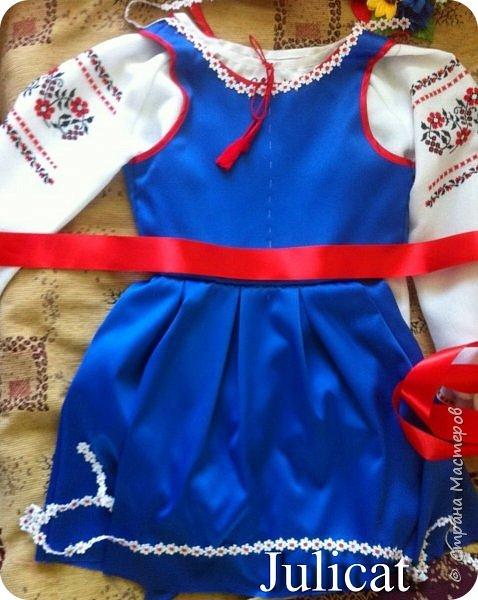 """Здравствуйте, уважаемые мастера и мастерицы!  Сегодня покажу Вам мое недавнее творение - костюм для моей младшей доченьки-первоклашки Катюши - костюм книги-Читанки.  У Катюши в классе на днях был знаменательный для первоклассников праздник - """"Прощай, Букварик!"""". Катюше досталась роль книги Читанки. Первоклассники закончили изучать букварь, научились читать, и теперь переходят к новой книге - книге для чтения с рассказами, сказками и стихами для уверенных читателей. Вот таким интересным персонажем должна была стать моя Катя.  На идею раскрытой книги натолкнула учительница.  Долго не могла ничего толкового придумать. Но в конце концов результат порадовал - Катюшка была очень колоритной на празднике)  Итак - расскажу подробней историю создания этого костюма... Извините - мало писать не умею))) Наберитесь терпения - самое интересное, конечно, в конце))) фото 15"""