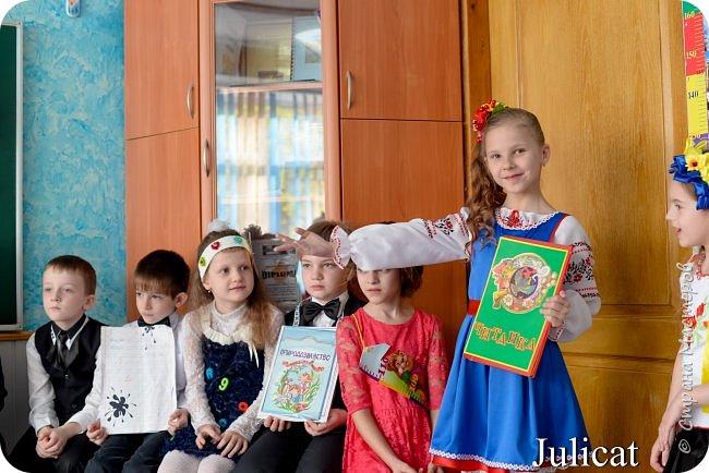 """Здравствуйте, уважаемые мастера и мастерицы!  Сегодня покажу Вам мое недавнее творение - костюм для моей младшей доченьки-первоклашки Катюши - костюм книги-Читанки.  У Катюши в классе на днях был знаменательный для первоклассников праздник - """"Прощай, Букварик!"""". Катюше досталась роль книги Читанки. Первоклассники закончили изучать букварь, научились читать, и теперь переходят к новой книге - книге для чтения с рассказами, сказками и стихами для уверенных читателей. Вот таким интересным персонажем должна была стать моя Катя.  На идею раскрытой книги натолкнула учительница.  Долго не могла ничего толкового придумать. Но в конце концов результат порадовал - Катюшка была очень колоритной на празднике)  Итак - расскажу подробней историю создания этого костюма... Извините - мало писать не умею))) Наберитесь терпения - самое интересное, конечно, в конце))) фото 34"""