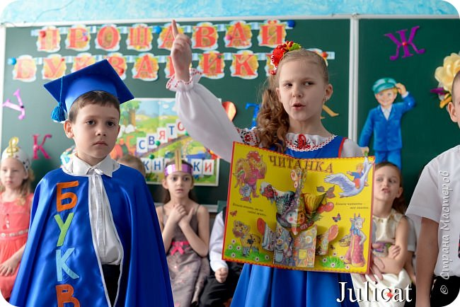 """Здравствуйте, уважаемые мастера и мастерицы!  Сегодня покажу Вам мое недавнее творение для моей младшей доченьки-первоклашки Катюши -  костюм книги - Читанки.  У Катюши в классе на днях был знаменательный для первоклассников праздник - """"Прощай, Букварик!"""". Катюше досталась роль книги Читанки. Первоклассники закончили изучать букварь, научились читать, и теперь переходят к новой книге - книге для чтения с рассказами, сказками и стихами для уверенных читателей. Вот таким интересным персонажем должна была стать моя Катя.  На идею раскрытой книги натолкнула учительница.  Долго не могла ничего толкового придумать. Но в конце концов результат порадовал - Катюшка была очень колоритной на празднике)  Итак - расскажу подробней историю создания этого костюма... Извините - мало писать не умею))) Наберитесь терпения - самое интересное, конечно, в конце))) фото 40"""