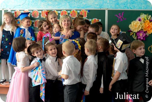 """Здравствуйте, уважаемые мастера и мастерицы!  Сегодня покажу Вам мое недавнее творение - костюм для моей младшей доченьки-первоклашки Катюши - костюм книги-Читанки.  У Катюши в классе на днях был знаменательный для первоклассников праздник - """"Прощай, Букварик!"""". Катюше досталась роль книги Читанки. Первоклассники закончили изучать букварь, научились читать, и теперь переходят к новой книге - книге для чтения с рассказами, сказками и стихами для уверенных читателей. Вот таким интересным персонажем должна была стать моя Катя.  На идею раскрытой книги натолкнула учительница.  Долго не могла ничего толкового придумать. Но в конце концов результат порадовал - Катюшка была очень колоритной на празднике)  Итак - расскажу подробней историю создания этого костюма... Извините - мало писать не умею))) Наберитесь терпения - самое интересное, конечно, в конце))) фото 51"""