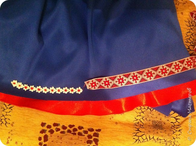 """Здравствуйте, уважаемые мастера и мастерицы!  Сегодня покажу Вам мое недавнее творение - костюм для моей младшей доченьки-первоклашки Катюши - костюм книги-Читанки.  У Катюши в классе на днях был знаменательный для первоклассников праздник - """"Прощай, Букварик!"""". Катюше досталась роль книги Читанки. Первоклассники закончили изучать букварь, научились читать, и теперь переходят к новой книге - книге для чтения с рассказами, сказками и стихами для уверенных читателей. Вот таким интересным персонажем должна была стать моя Катя.  На идею раскрытой книги натолкнула учительница.  Долго не могла ничего толкового придумать. Но в конце концов результат порадовал - Катюшка была очень колоритной на празднике)  Итак - расскажу подробней историю создания этого костюма... Извините - мало писать не умею))) Наберитесь терпения - самое интересное, конечно, в конце))) фото 13"""