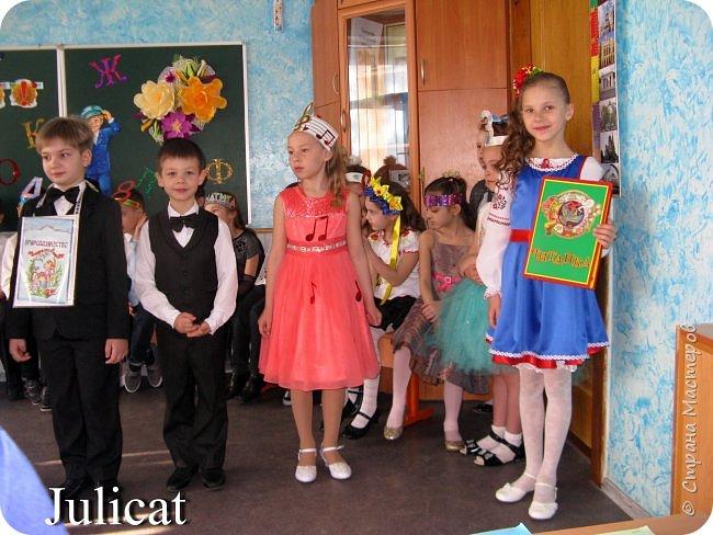 """Здравствуйте, уважаемые мастера и мастерицы!  Сегодня покажу Вам мое недавнее творение - костюм для моей младшей доченьки-первоклашки Катюши - костюм книги-Читанки.  У Катюши в классе на днях был знаменательный для первоклассников праздник - """"Прощай, Букварик!"""". Катюше досталась роль книги Читанки. Первоклассники закончили изучать букварь, научились читать, и теперь переходят к новой книге - книге для чтения с рассказами, сказками и стихами для уверенных читателей. Вот таким интересным персонажем должна была стать моя Катя.  На идею раскрытой книги натолкнула учительница.  Долго не могла ничего толкового придумать. Но в конце концов результат порадовал - Катюшка была очень колоритной на празднике)  Итак - расскажу подробней историю создания этого костюма... Извините - мало писать не умею))) Наберитесь терпения - самое интересное, конечно, в конце))) фото 33"""