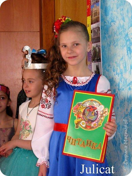 """Здравствуйте, уважаемые мастера и мастерицы!  Сегодня покажу Вам мое недавнее творение - костюм для моей младшей доченьки-первоклашки Катюши - костюм книги-Читанки.  У Катюши в классе на днях был знаменательный для первоклассников праздник - """"Прощай, Букварик!"""". Катюше досталась роль книги Читанки. Первоклассники закончили изучать букварь, научились читать, и теперь переходят к новой книге - книге для чтения с рассказами, сказками и стихами для уверенных читателей. Вот таким интересным персонажем должна была стать моя Катя.  На идею раскрытой книги натолкнула учительница.  Долго не могла ничего толкового придумать. Но в конце концов результат порадовал - Катюшка была очень колоритной на празднике)  Итак - расскажу подробней историю создания этого костюма... Извините - мало писать не умею))) Наберитесь терпения - самое интересное, конечно, в конце))) фото 32"""