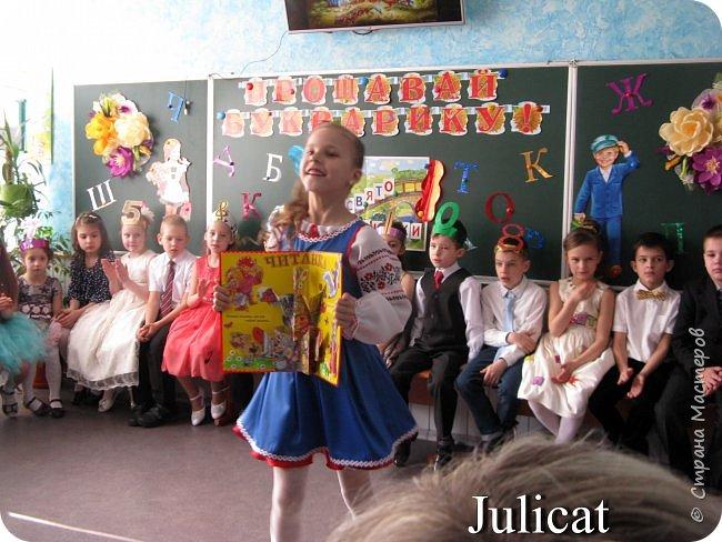 """Здравствуйте, уважаемые мастера и мастерицы!  Сегодня покажу Вам мое недавнее творение - костюм для моей младшей доченьки-первоклашки Катюши - костюм книги-Читанки.  У Катюши в классе на днях был знаменательный для первоклассников праздник - """"Прощай, Букварик!"""". Катюше досталась роль книги Читанки. Первоклассники закончили изучать букварь, научились читать, и теперь переходят к новой книге - книге для чтения с рассказами, сказками и стихами для уверенных читателей. Вот таким интересным персонажем должна была стать моя Катя.  На идею раскрытой книги натолкнула учительница.  Долго не могла ничего толкового придумать. Но в конце концов результат порадовал - Катюшка была очень колоритной на празднике)  Итак - расскажу подробней историю создания этого костюма... Извините - мало писать не умею))) Наберитесь терпения - самое интересное, конечно, в конце))) фото 36"""