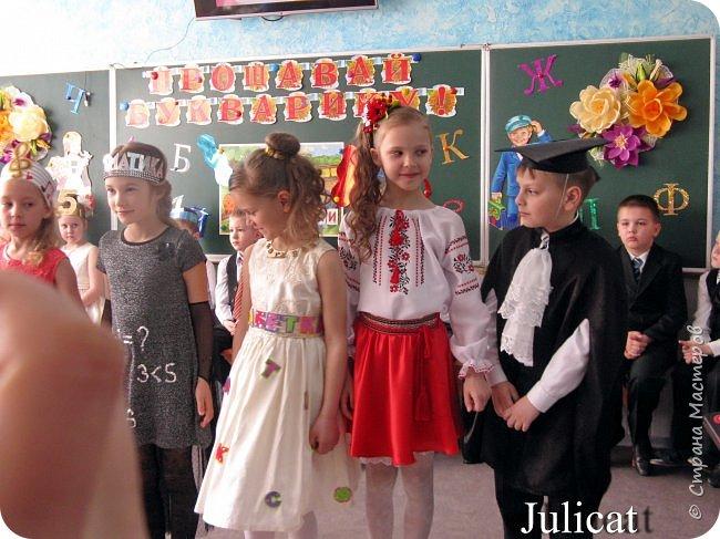 """Здравствуйте, уважаемые мастера и мастерицы!  Сегодня покажу Вам мое недавнее творение - костюм для моей младшей доченьки-первоклашки Катюши - костюм книги-Читанки.  У Катюши в классе на днях был знаменательный для первоклассников праздник - """"Прощай, Букварик!"""". Катюше досталась роль книги Читанки. Первоклассники закончили изучать букварь, научились читать, и теперь переходят к новой книге - книге для чтения с рассказами, сказками и стихами для уверенных читателей. Вот таким интересным персонажем должна была стать моя Катя.  На идею раскрытой книги натолкнула учительница.  Долго не могла ничего толкового придумать. Но в конце концов результат порадовал - Катюшка была очень колоритной на празднике)  Итак - расскажу подробней историю создания этого костюма... Извините - мало писать не умею))) Наберитесь терпения - самое интересное, конечно, в конце))) фото 46"""