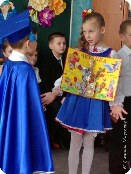 """Здравствуйте, уважаемые мастера и мастерицы!  Сегодня покажу Вам мое недавнее творение - костюм для моей младшей доченьки-первоклашки Катюши - костюм книги-Читанки.  У Катюши в классе на днях был знаменательный для первоклассников праздник - """"Прощай, Букварик!"""". Катюше досталась роль книги Читанки. Первоклассники закончили изучать букварь, научились читать, и теперь переходят к новой книге - книге для чтения с рассказами, сказками и стихами для уверенных читателей. Вот таким интересным персонажем должна была стать моя Катя.  На идею раскрытой книги натолкнула учительница.  Долго не могла ничего толкового придумать. Но в конце концов результат порадовал - Катюшка была очень колоритной на празднике)  Итак - расскажу подробней историю создания этого костюма... Извините - мало писать не умею))) Наберитесь терпения - самое интересное, конечно, в конце))) фото 41"""