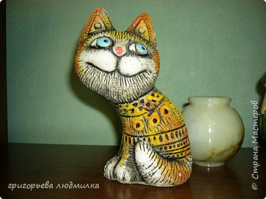 Увидела в магазине кота из шамотной глины и влюбилась. Купила, пересмотрела в интернете кучу картинок и решила попробовать сделать похожее из соленого теста. Вот что получилсь. В центре настоящий. фото 3