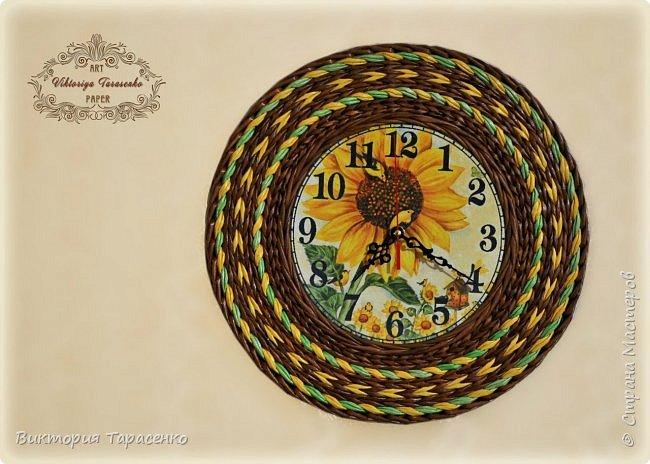 """Здравствуйте дорогие мастера и гости сайта! Два поста в один день, решила часы выложить отдельно, многие просили МК часов, особо и Мк это не назвать, старалась запечатлеть все моменты, сделала описание, для начинающих надеюсь будет понятно, ну а для матёрых плетильщиц это уже семечки:-))) Диаметр часов """"Парижанка"""" 35см. Вокруг циферблата  веревочки в три трубочки МК Ричардс http://stranamasterov.ru/node/390898?t=451 , после верёвочки полукоса и по краю перед переходом к бортику """"Настина коса"""" Мария Калининград http://stranamasterov.ru/node/566393?t=451 фото 2"""
