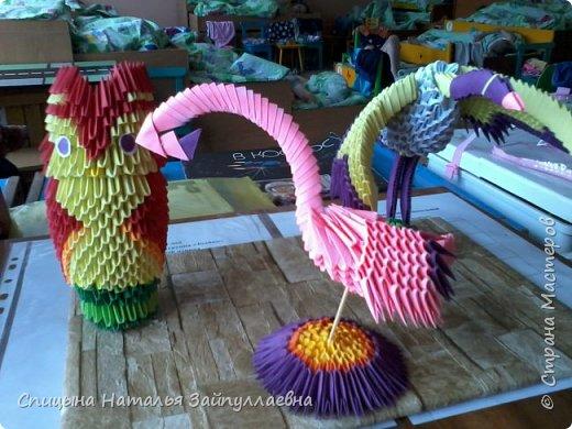 Работа была выполнена ко Дню птиц. Представлены: сова, фламинго, журавль. В изготовлении участвовала я с дочерью. Выставка проходила в детском саду. Самым легким оказалось сделать сову. А вот с журавлём сложнее. тяжелые крылья не хотели держаться. Наша работа очень понравилась присутствующим. А мы и рады всем сделать приятное.