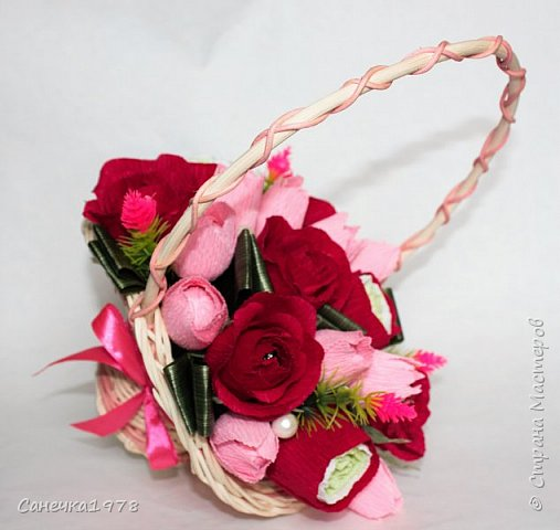 """Корзинка чайных роз ,тюльпанов и ранункулюсов. В составе конфеты """"Осенний вальс"""" , """"Тирамису"""", """"Шок-Манже"""" ,""""Кокосовый пудинг"""" ,декор и флористический материал.  фото 1"""