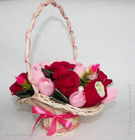 """Корзинка чайных роз ,тюльпанов и ранункулюсов. В составе конфеты """"Осенний вальс"""" , """"Тирамису"""", """"Шок-Манже"""" ,""""Кокосовый пудинг"""" ,декор и флористический материал.  фото 2"""