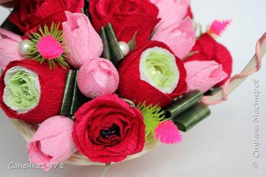 """Корзинка чайных роз ,тюльпанов и ранункулюсов. В составе конфеты """"Осенний вальс"""" , """"Тирамису"""", """"Шок-Манже"""" ,""""Кокосовый пудинг"""" ,декор и флористический материал.  фото 3"""