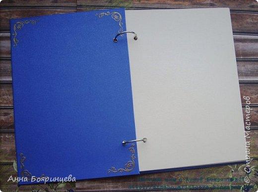 Всем привет!!!!! Покажу книгу которую делала на юбилей. Книга формата А5. Зал был оформлен в гамме синий+золото,поэтому и книга в такой цветовой гамме.На всех уголках книги эмбоссинг. фото 3