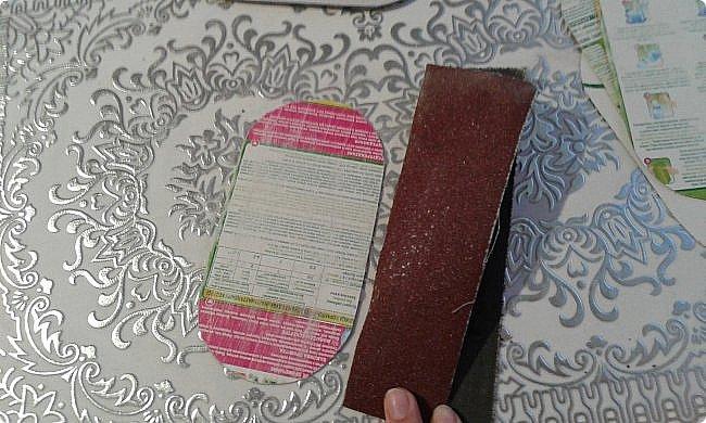 Ко дню рождения одной прекрасной девочки решила сделать модный в наше время румбокс. С размерами определилась, пока не хватает материалов. А между тем из того что было я слепила оттоманку. Для работы мне понадобились: картон, ножницы, наждачная бумага, синтепон, ткань для обивки, декоративная тесьма или косая бейка, палочка для суши, клей-пистолет, клей ПВА, клей-карандаш, полубусины, ну и нитка с иголкой. фото 4