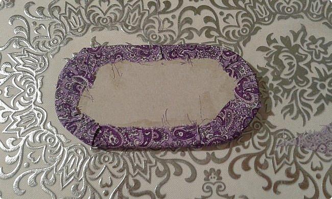 Ко дню рождения одной прекрасной девочки решила сделать модный в наше время румбокс. С размерами определилась, пока не хватает материалов. А между тем из того что было я слепила оттоманку. Для работы мне понадобились: картон, ножницы, наждачная бумага, синтепон, ткань для обивки, декоративная тесьма или косая бейка, палочка для суши, клей-пистолет, клей ПВА, клей-карандаш, полубусины, ну и нитка с иголкой. фото 7