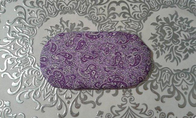 Ко дню рождения одной прекрасной девочки решила сделать модный в наше время румбокс. С размерами определилась, пока не хватает материалов. А между тем из того что было я слепила оттоманку. Для работы мне понадобились: картон, ножницы, наждачная бумага, синтепон, ткань для обивки, декоративная тесьма или косая бейка, палочка для суши, клей-пистолет, клей ПВА, клей-карандаш, полубусины, ну и нитка с иголкой. фото 9