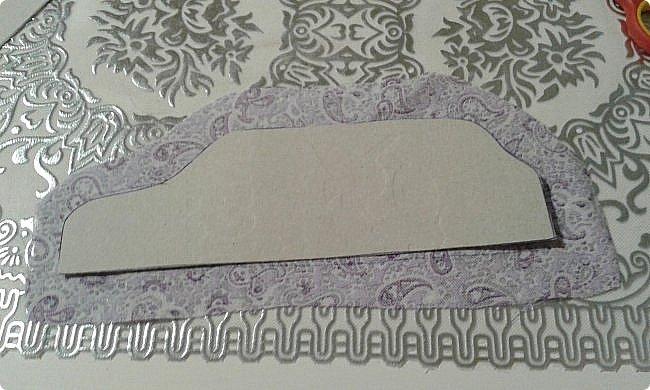 Ко дню рождения одной прекрасной девочки решила сделать модный в наше время румбокс. С размерами определилась, пока не хватает материалов. А между тем из того что было я слепила оттоманку. Для работы мне понадобились: картон, ножницы, наждачная бумага, синтепон, ткань для обивки, декоративная тесьма или косая бейка, палочка для суши, клей-пистолет, клей ПВА, клей-карандаш, полубусины, ну и нитка с иголкой. фото 11