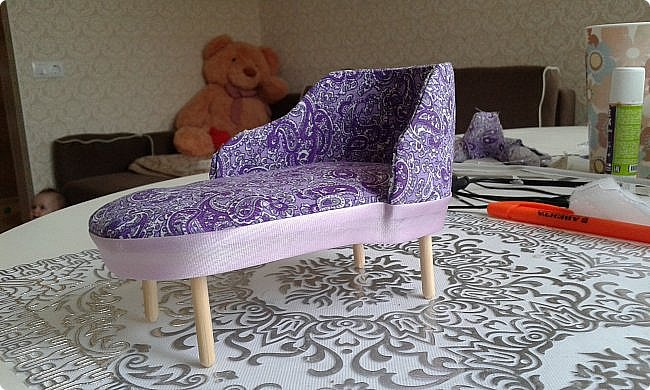 Ко дню рождения одной прекрасной девочки решила сделать модный в наше время румбокс. С размерами определилась, пока не хватает материалов. А между тем из того что было я слепила оттоманку. Для работы мне понадобились: картон, ножницы, наждачная бумага, синтепон, ткань для обивки, декоративная тесьма или косая бейка, палочка для суши, клей-пистолет, клей ПВА, клей-карандаш, полубусины, ну и нитка с иголкой. фото 16
