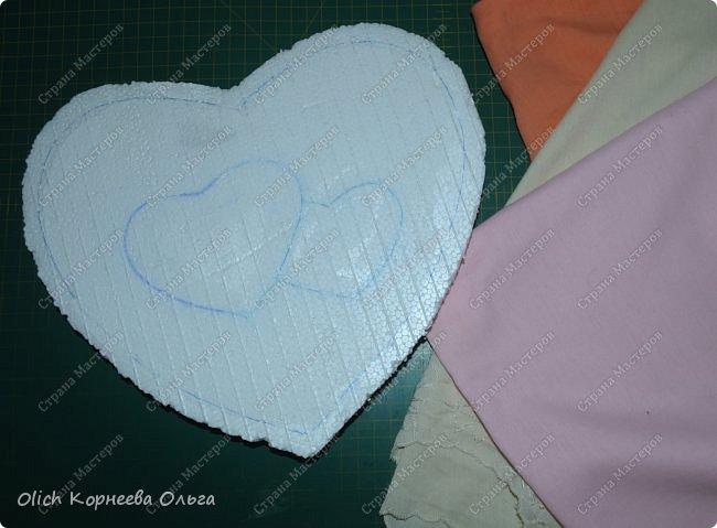 Здравствуйте. Хочу показать, как я при помощи ткани, пенопласта, синтепона, клея и разных украшалок преобразила совершенно обычную коробку хоть и необычной формы -  формы сердца. В этой коробке будет лежать подарок для дорогого человека, поэтому хотелось при помощи нежных оттенков ткани, множества складочек, сердечек, кружева и полубусин добавить упаковке  уюта, мягкости и красоты. А после эту коробку можно будет использовать для хранения всевозможных вещей. фото 10