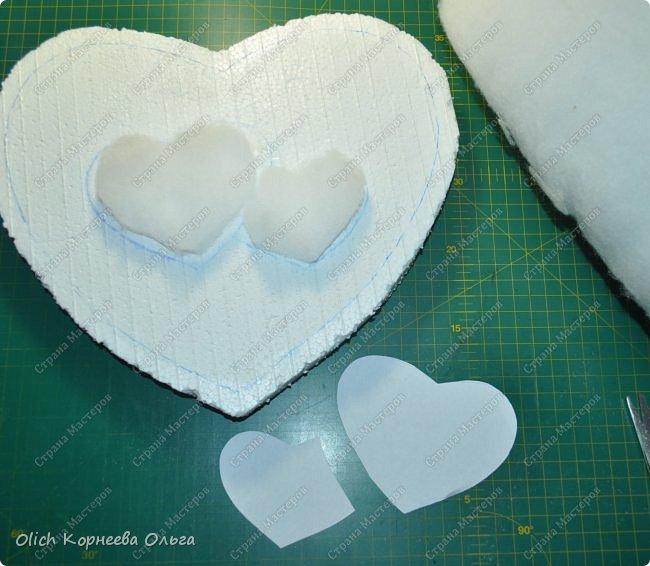 Здравствуйте. Хочу показать, как я при помощи ткани, пенопласта, синтепона, клея и разных украшалок преобразила совершенно обычную коробку хоть и необычной формы -  формы сердца. В этой коробке будет лежать подарок для дорогого человека, поэтому хотелось при помощи нежных оттенков ткани, множества складочек, сердечек, кружева и полубусин добавить упаковке  уюта, мягкости и красоты. А после эту коробку можно будет использовать для хранения всевозможных вещей. фото 11