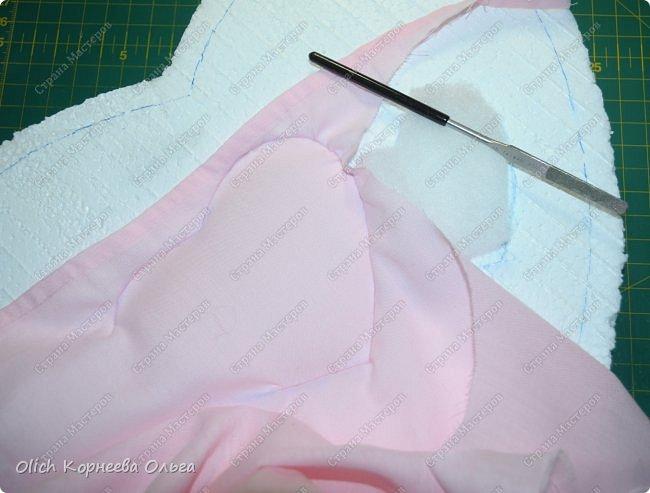 Здравствуйте. Хочу показать, как я при помощи ткани, пенопласта, синтепона, клея и разных украшалок преобразила совершенно обычную коробку хоть и необычной формы -  формы сердца. В этой коробке будет лежать подарок для дорогого человека, поэтому хотелось при помощи нежных оттенков ткани, множества складочек, сердечек, кружева и полубусин добавить упаковке  уюта, мягкости и красоты. А после эту коробку можно будет использовать для хранения всевозможных вещей. фото 12