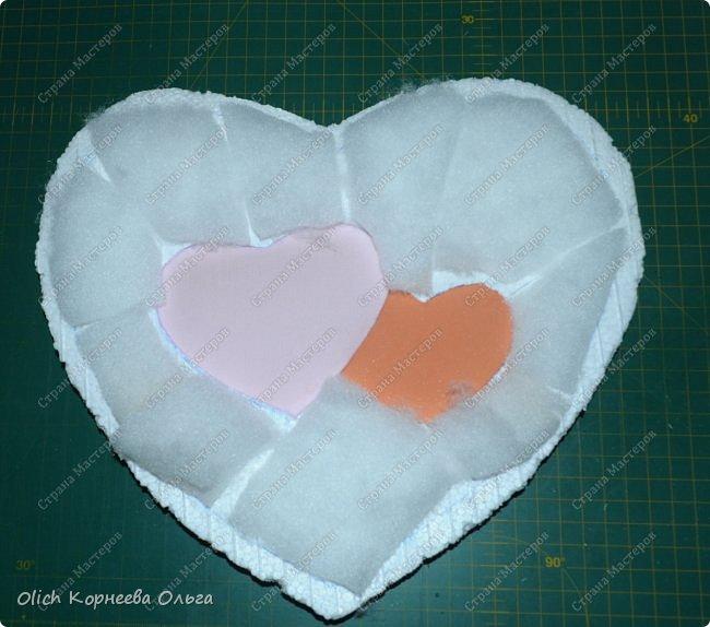 Здравствуйте. Хочу показать, как я при помощи ткани, пенопласта, синтепона, клея и разных украшалок преобразила совершенно обычную коробку хоть и необычной формы -  формы сердца. В этой коробке будет лежать подарок для дорогого человека, поэтому хотелось при помощи нежных оттенков ткани, множества складочек, сердечек, кружева и полубусин добавить упаковке  уюта, мягкости и красоты. А после эту коробку можно будет использовать для хранения всевозможных вещей. фото 14