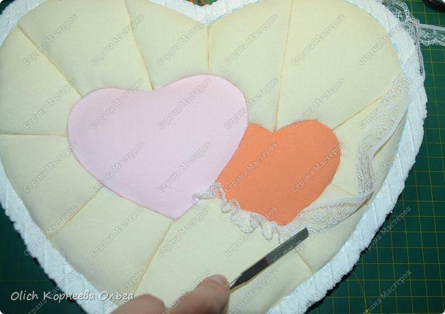 Здравствуйте. Хочу показать, как я при помощи ткани, пенопласта, синтепона, клея и разных украшалок преобразила совершенно обычную коробку хоть и необычной формы -  формы сердца. В этой коробке будет лежать подарок для дорогого человека, поэтому хотелось при помощи нежных оттенков ткани, множества складочек, сердечек, кружева и полубусин добавить упаковке  уюта, мягкости и красоты. А после эту коробку можно будет использовать для хранения всевозможных вещей. фото 16