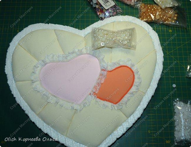 Здравствуйте. Хочу показать, как я при помощи ткани, пенопласта, синтепона, клея и разных украшалок преобразила совершенно обычную коробку хоть и необычной формы -  формы сердца. В этой коробке будет лежать подарок для дорогого человека, поэтому хотелось при помощи нежных оттенков ткани, множества складочек, сердечек, кружева и полубусин добавить упаковке  уюта, мягкости и красоты. А после эту коробку можно будет использовать для хранения всевозможных вещей. фото 18