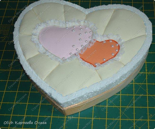 Здравствуйте. Хочу показать, как я при помощи ткани, пенопласта, синтепона, клея и разных украшалок преобразила совершенно обычную коробку хоть и необычной формы -  формы сердца. В этой коробке будет лежать подарок для дорогого человека, поэтому хотелось при помощи нежных оттенков ткани, множества складочек, сердечек, кружева и полубусин добавить упаковке  уюта, мягкости и красоты. А после эту коробку можно будет использовать для хранения всевозможных вещей. фото 26