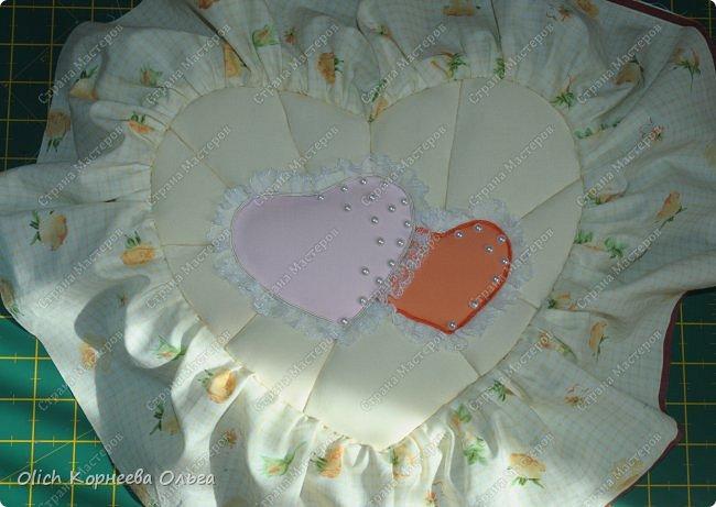 Здравствуйте. Хочу показать, как я при помощи ткани, пенопласта, синтепона, клея и разных украшалок преобразила совершенно обычную коробку хоть и необычной формы -  формы сердца. В этой коробке будет лежать подарок для дорогого человека, поэтому хотелось при помощи нежных оттенков ткани, множества складочек, сердечек, кружева и полубусин добавить упаковке  уюта, мягкости и красоты. А после эту коробку можно будет использовать для хранения всевозможных вещей. фото 31