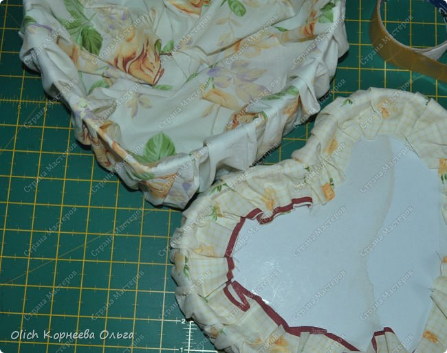 Здравствуйте. Хочу показать, как я при помощи ткани, пенопласта, синтепона, клея и разных украшалок преобразила совершенно обычную коробку хоть и необычной формы -  формы сердца. В этой коробке будет лежать подарок для дорогого человека, поэтому хотелось при помощи нежных оттенков ткани, множества складочек, сердечек, кружева и полубусин добавить упаковке  уюта, мягкости и красоты. А после эту коробку можно будет использовать для хранения всевозможных вещей. фото 32