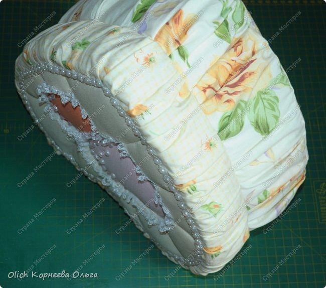 Здравствуйте. Хочу показать, как я при помощи ткани, пенопласта, синтепона, клея и разных украшалок преобразила совершенно обычную коробку хоть и необычной формы -  формы сердца. В этой коробке будет лежать подарок для дорогого человека, поэтому хотелось при помощи нежных оттенков ткани, множества складочек, сердечек, кружева и полубусин добавить упаковке  уюта, мягкости и красоты. А после эту коробку можно будет использовать для хранения всевозможных вещей. фото 37